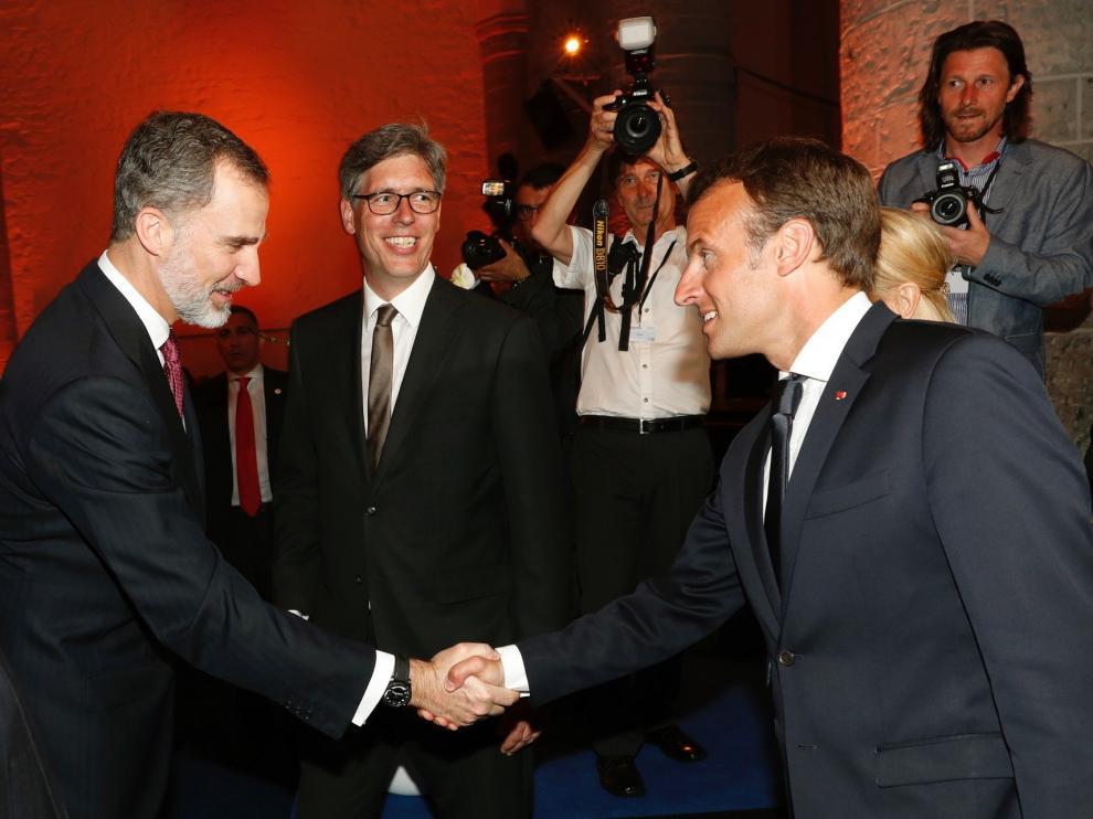 El Rey Felipe VI saluda al presidente de Francia, Emmanuel Macron.