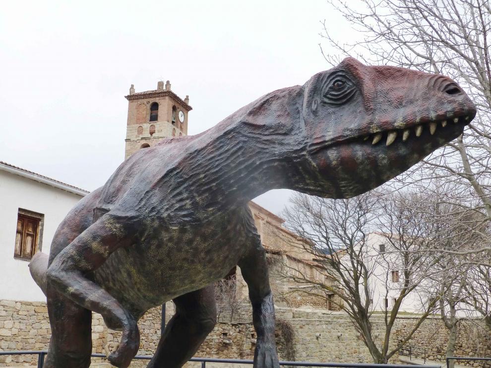 Dinosaurio carnívoro en una de las paradas del DINOpaseo por El Castellar