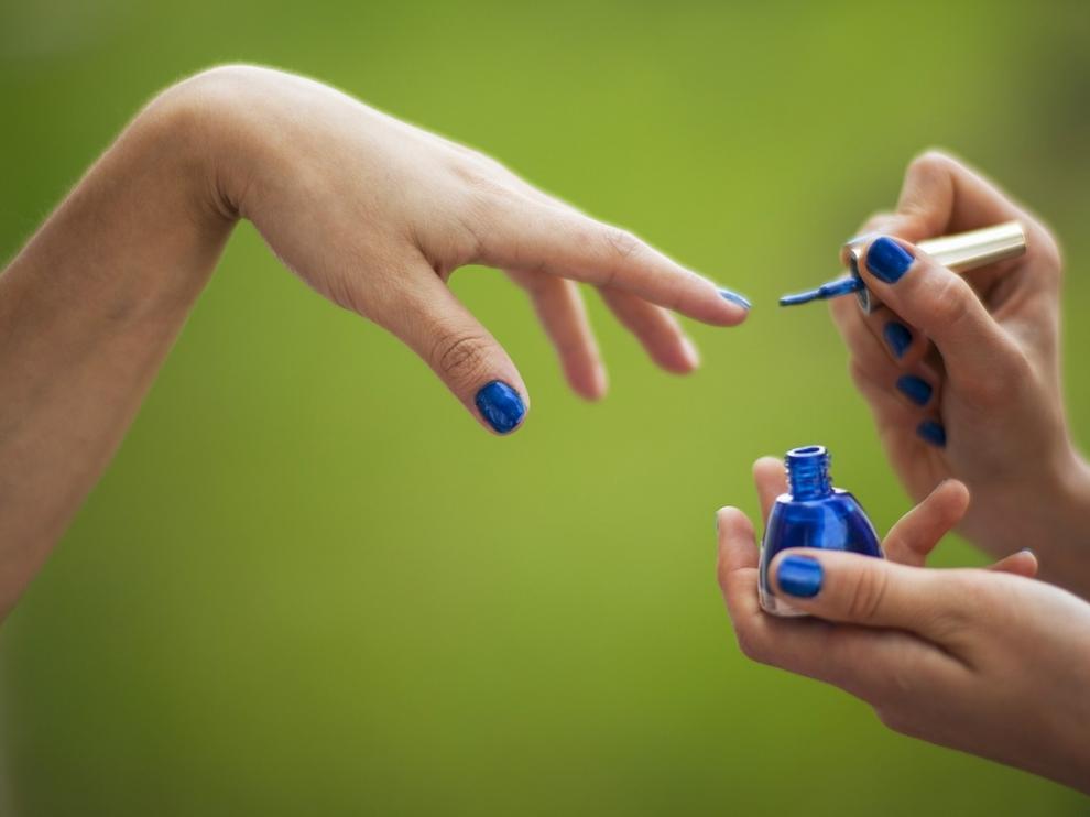 Pintarse las uñas está muy bien... pero no es buena idea si van a operarnos.
