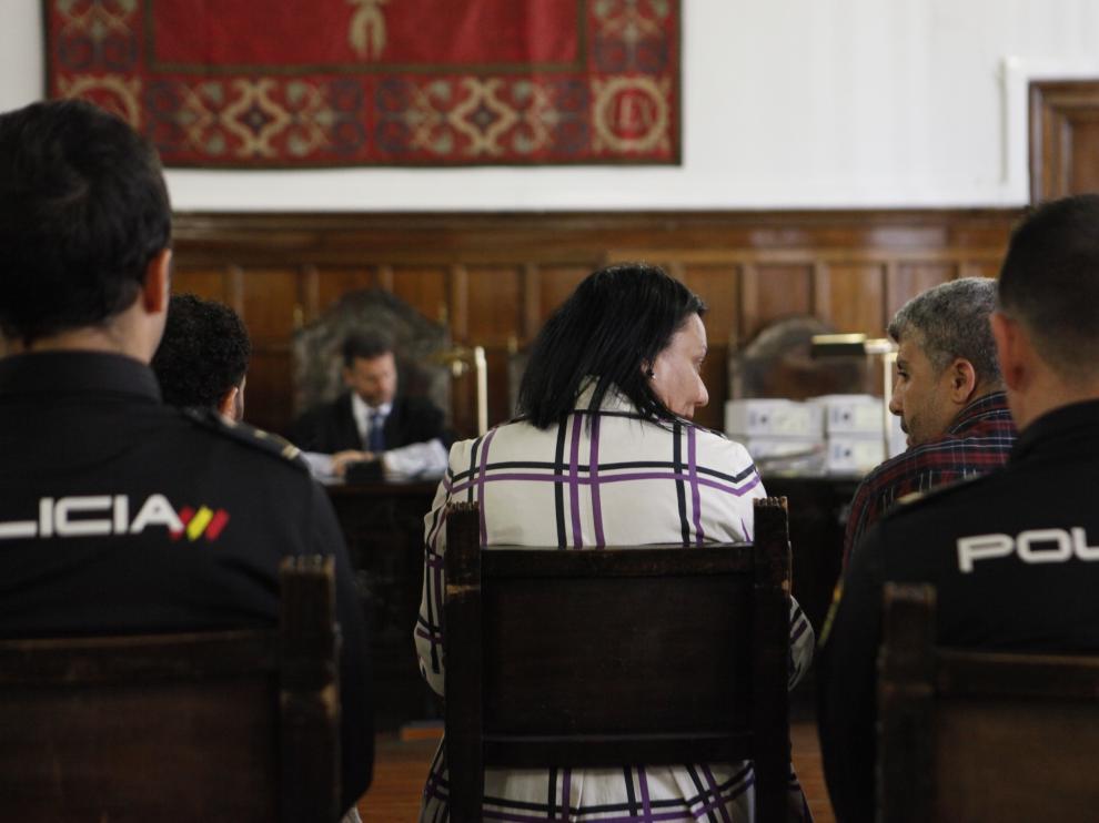 Los acusados, a ambos lados de la traductora y custodiados por la Policía, durante la vista celebrada este miércoles en el Tribunal Superior de Justicia de Aragón.