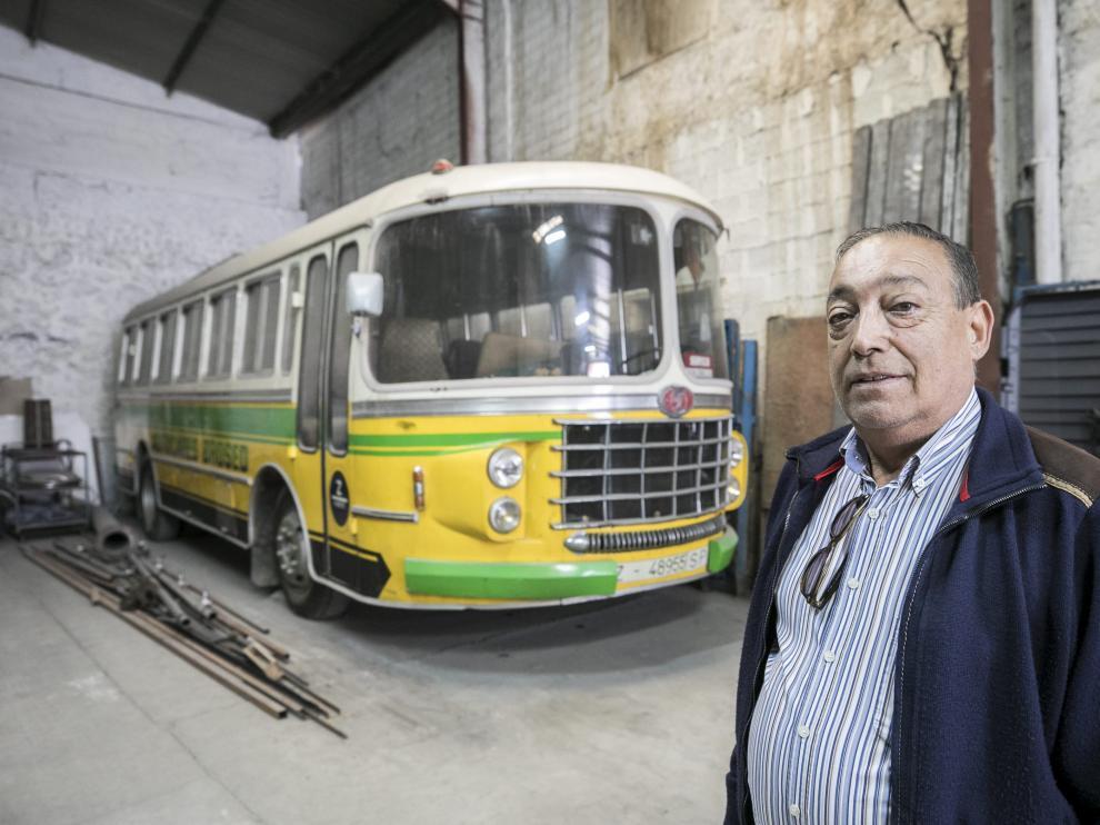 Ángel Brosed, delante de su autobús Nazar