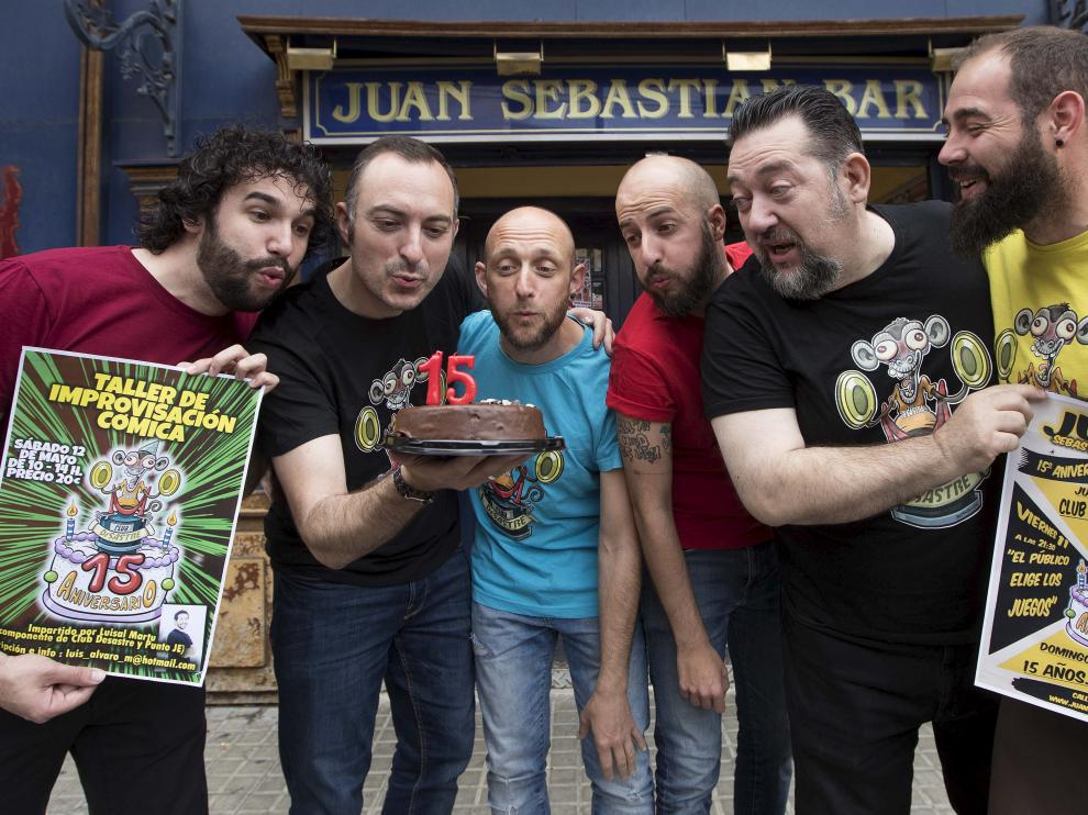 Los humoristas y miembros del Club Desastre Luisal Martu, Rafa Blancas, Óscar Sánchez, Diego Peña, Mariano Bartolomé y Jon Quílez.