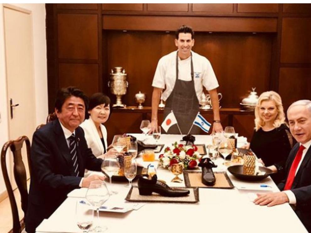 Imagen de la cena entre los representantes de Japón e Israel con los polémicos zapatos en la mesa