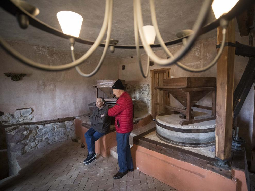 Jorge García y Julián Hernández, en el interior del Molino de Torrelacárcel.