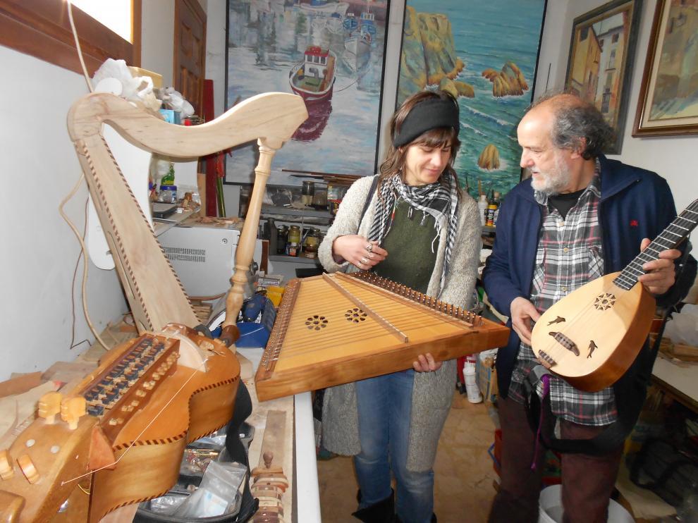 Delfín Laborda exhibe sus instrumentos musicales.