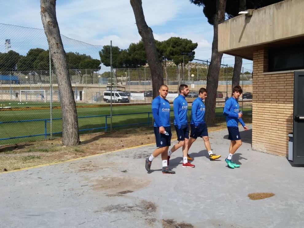 Pombo, Benito, Lasure y Delmás, camino de la sala de vídeo en el entrenamiento de este jueves.