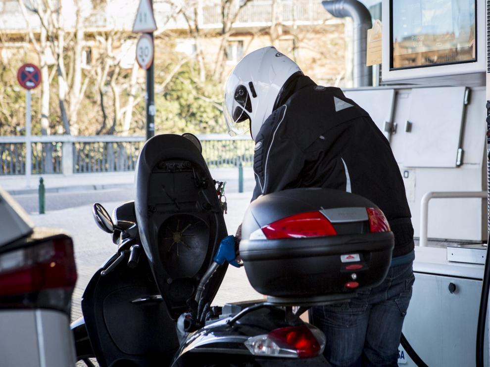 Un motorista reposta en una gasolinera.