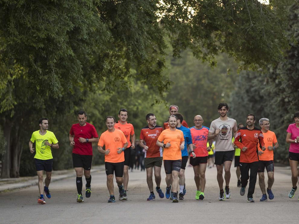 Varios miembros de la Escuela del Corredor de Running ZGZ se ejercitan en el Parque Grande de Zaragoza