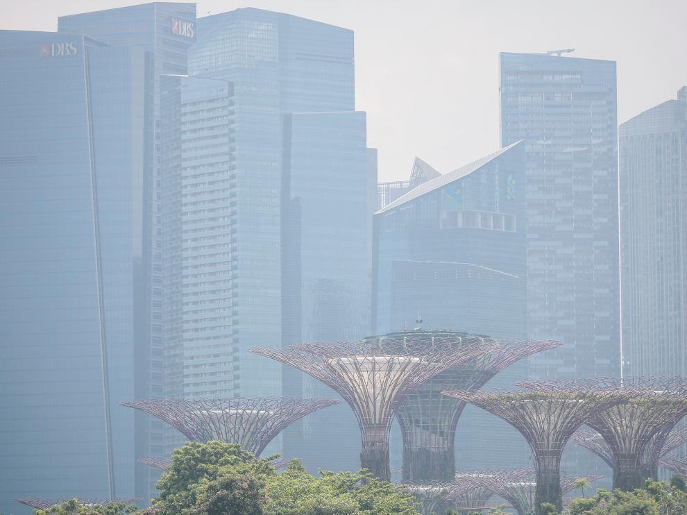 La zona financiera de Singapur, bajo la niebla.
