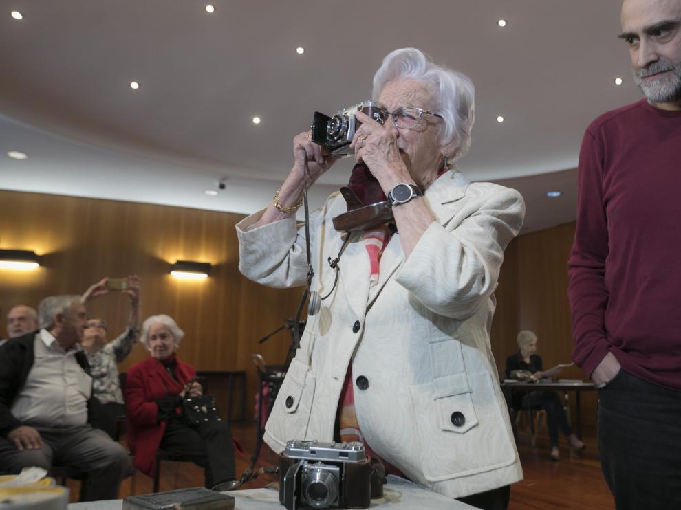 Divina Campo, con una de sus antiguas máquinas fotográficas