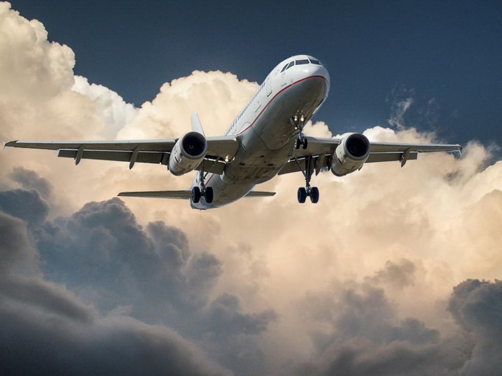 Si eres de los que todavía no ha decidido dónde irse de vacaciones, te dejamos algunos trucos para que los vuelos no te salgan tan caros.