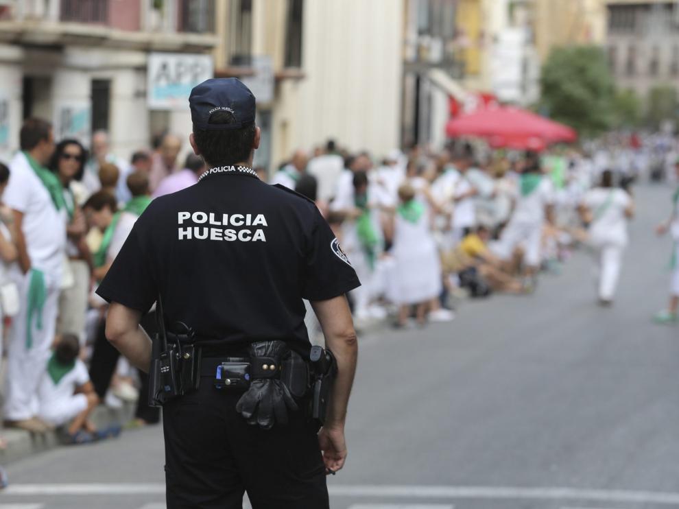 Un agente de la Policía Local de servicio durante las fiestas de San Lorenzo.
