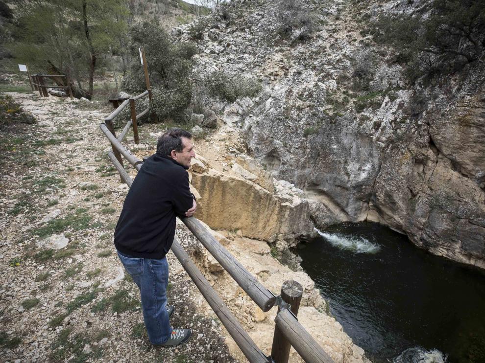 El alcalde Juan Ramón Cardo, en la zona remozada del barranco de la Hoz.