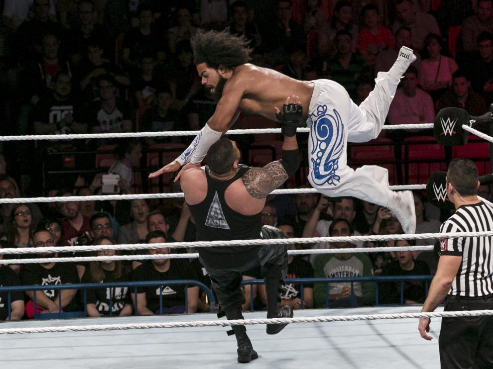 No Way Jose se abalanza sobre su rival en el ring del Príncipe Felipe.