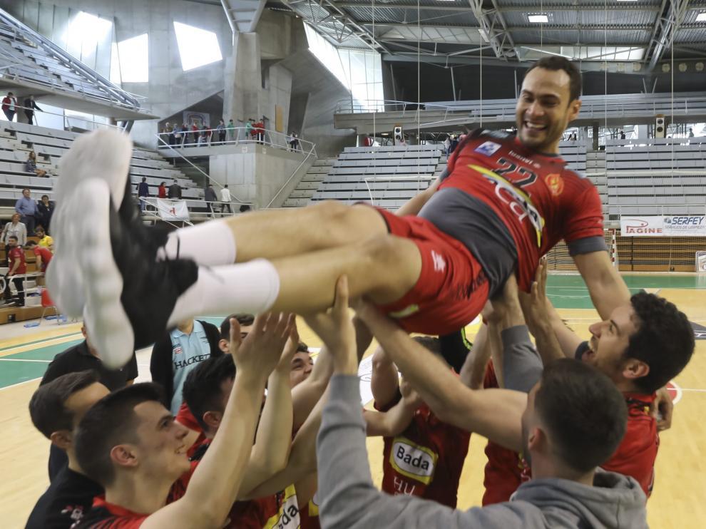 Los jugadores del Bada Huesca mantean a Dijá, que no seguirá el próximo año.