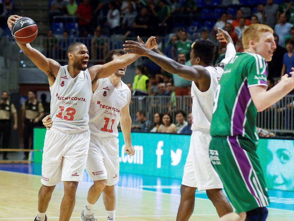 Los jugadores del Tecnyconta celebran la victoria sobre el parqué del Martín Carpena.