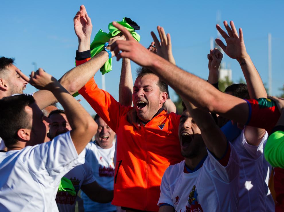 Fútbol. Tercera División. Alegría entre los miembros del Teruel tras acabar en primera posición en la liga regular.