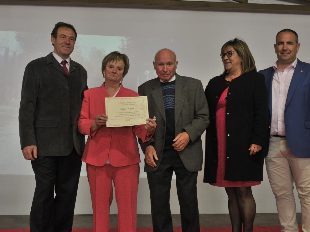 La familia Alagón Ciprés muestra su diploma como colonos junto al alcalde de Almudévar, Antonio Labarta, la vicepresidenta de la DPH, Elisa Sancho y  el diputado provincial Joaquín Monesma,