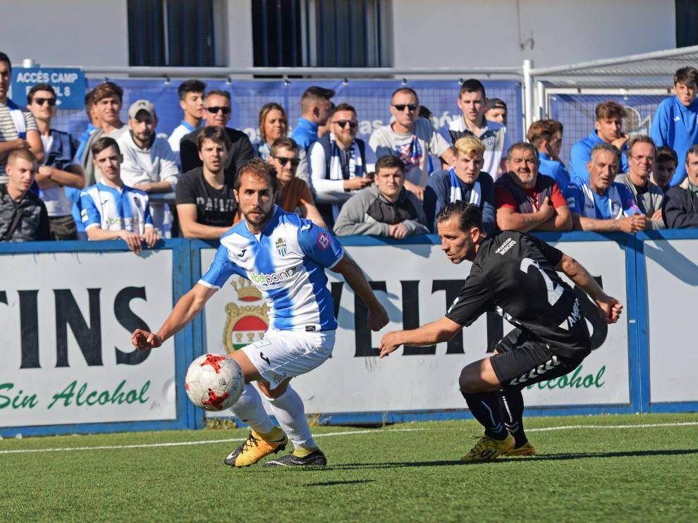 Teo Tirado, del Ebro, trata de defender a un rival del Atlético Baleares.
