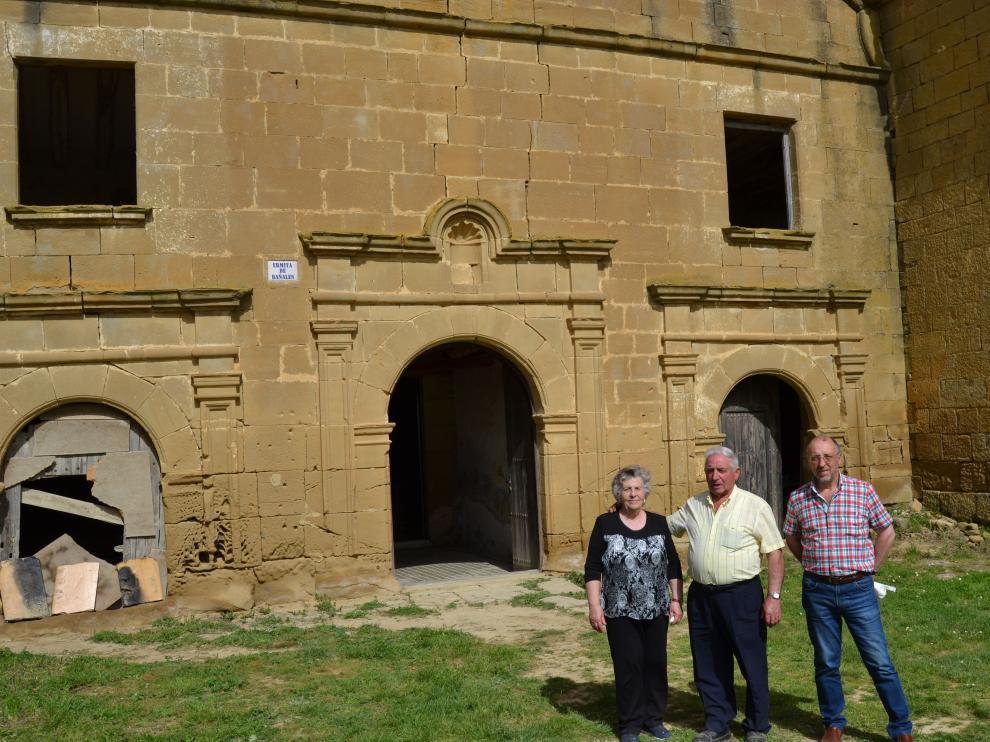Carmen Samatán, José Cortés y el alcalde Jesús Gay, en la ermita de Los Bañales.