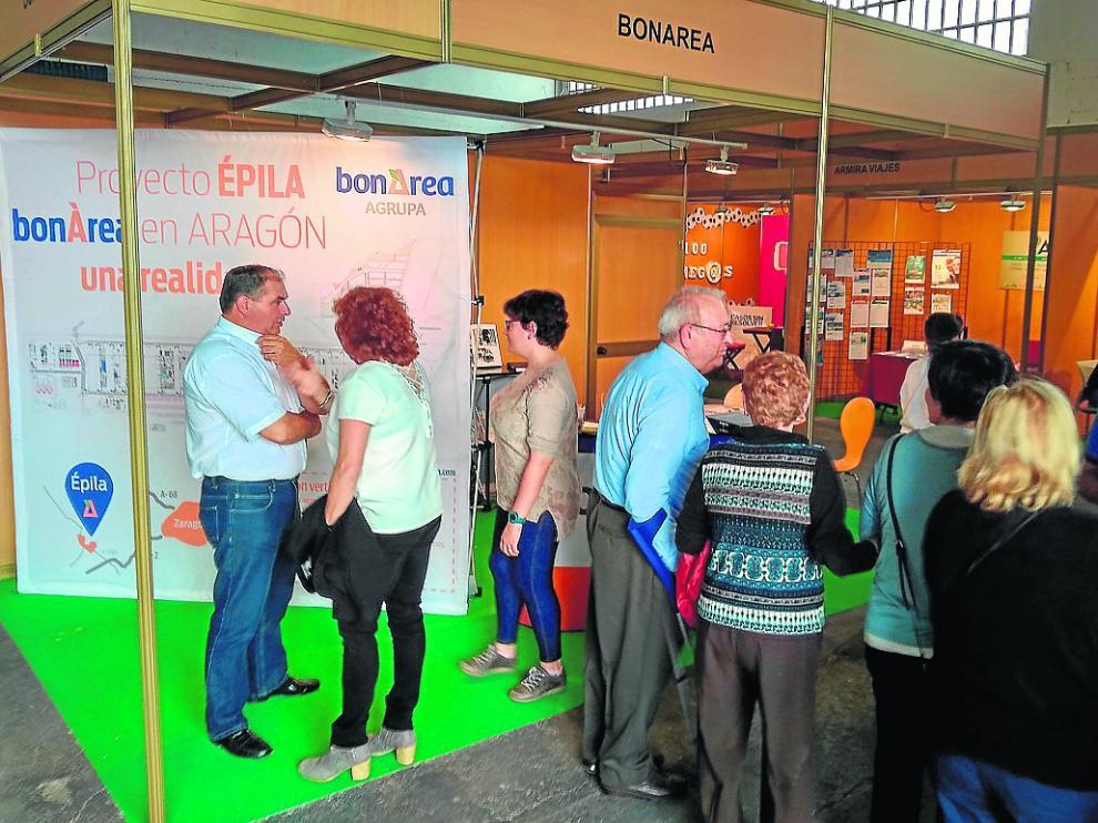Visitantes de la feria, ayer, en el expositor dedicado al futuro complejo de Bon Àrea en Épila.
