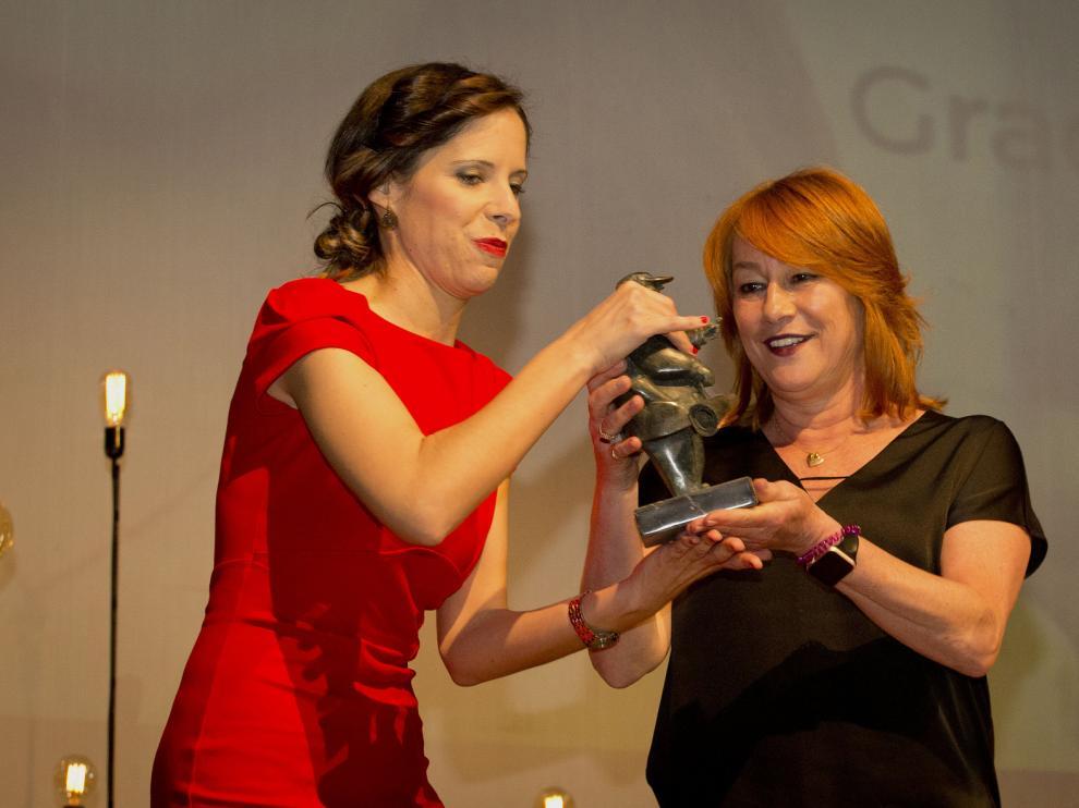 La directora de cine Gracia Querejeta recibe el premio Florián Rey de manos de la directora del festival, Carmen Pemán.