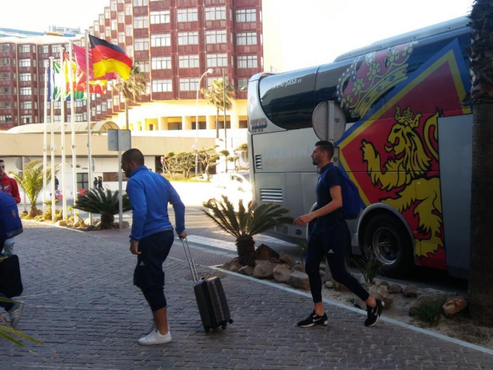 La expedición del Real Zaragoza, a la llegada al hotel de Cádiz este domingo a las 20.40.