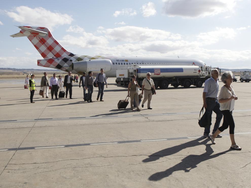 Un avión de Volotea, estacionado en la plataforma del aeropuerto de Zaragoza.