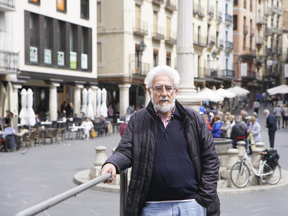 Manuel Gimeno, portavoz de la plataforma ciudadana Teruel Existe, en la concurrida plaza del Torico.