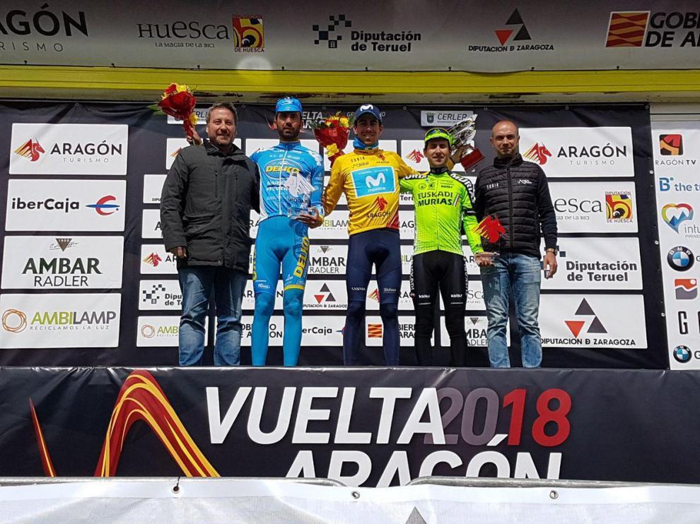 Jaime Rosón, en el centro, tras ganar la Vuelta a Aragón 2018.