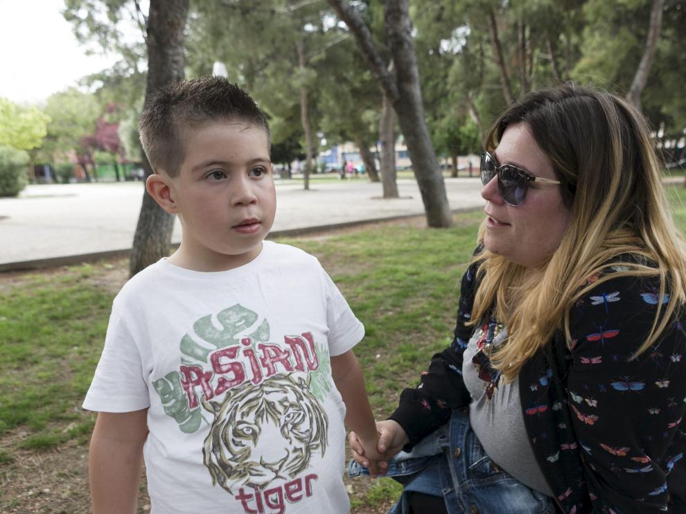 Sara Berdejo, con su hijo Quique, de 6 años, en María de Huerva, donde vive la familia.