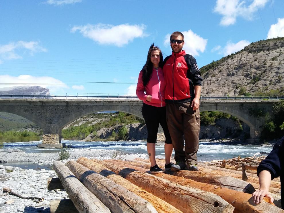 Los jóvenes navateros Alba y Martín, a bordo de una de las navatas que este fin de semana protagonizarán el XXIV Descenso de Navatas del río Cinca.