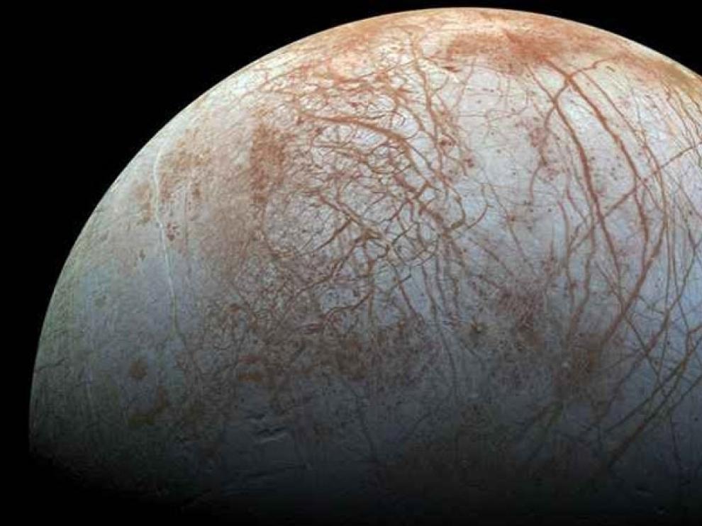 Imagen de la superficie del satélite Europa de Júpiter, que podría reunir las condiciones para sustentar vida.