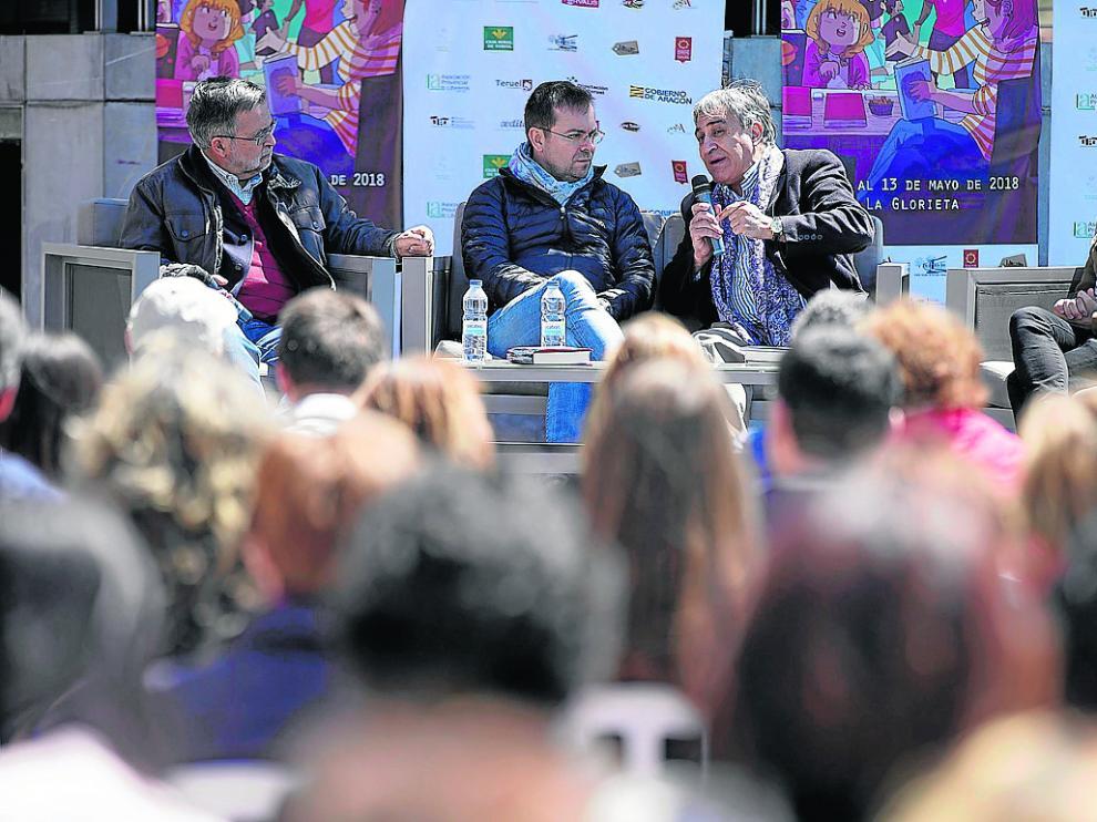 José Calvo Poyato, Javier Sierra, José Luis Corral y el director de Cultura de la DGA, Escuin, en la feria.