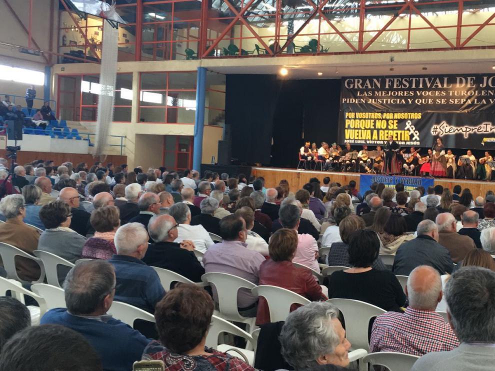 El polideportivo de Andorra, lleno a rebosar para escuchar el recital de jota.