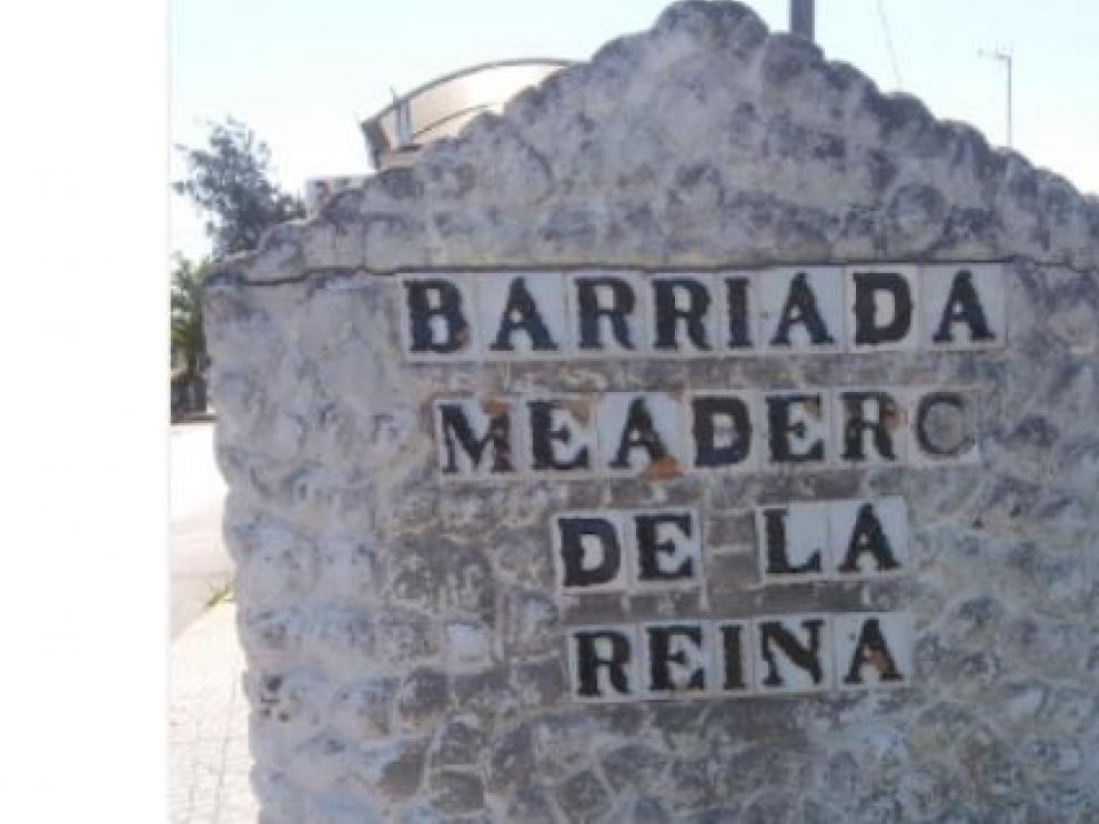 Letrero anunciador de la entrada al barrio del Meadero de la Reina, en Puerto Real (Cádiz), donde se ubica la Ciudad Deportiva del club gaditano donde se entrenó este lunes el Real Zaragoza.