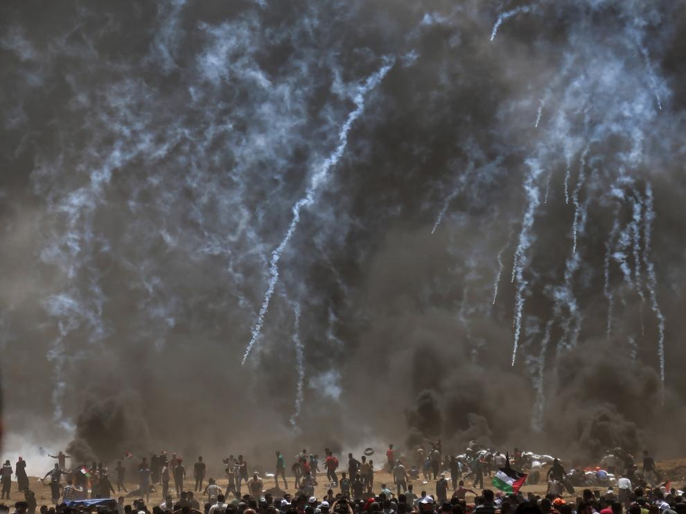 Las tropas israelíes lanzan gas lacrimógeno contra los manifestantes palestinos