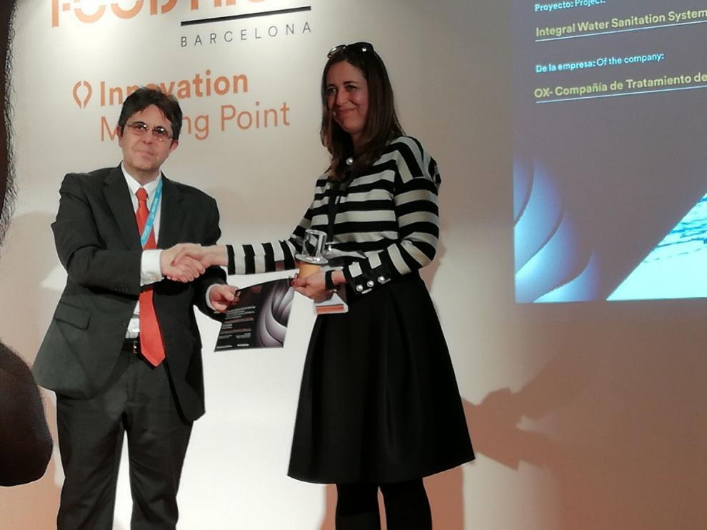María José Avellada, gerente de cuentas de OX-CTA, recogiendo el premio en la feria Foodtech de Barcelona