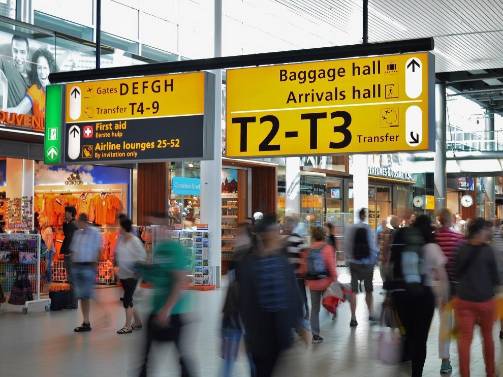 Si un vuelo se retrasa, las compañía aérea correspondiente tiene la obligación de pagarle al usuario la comida y el alojamiento que necesitará durante ese tiempo.
