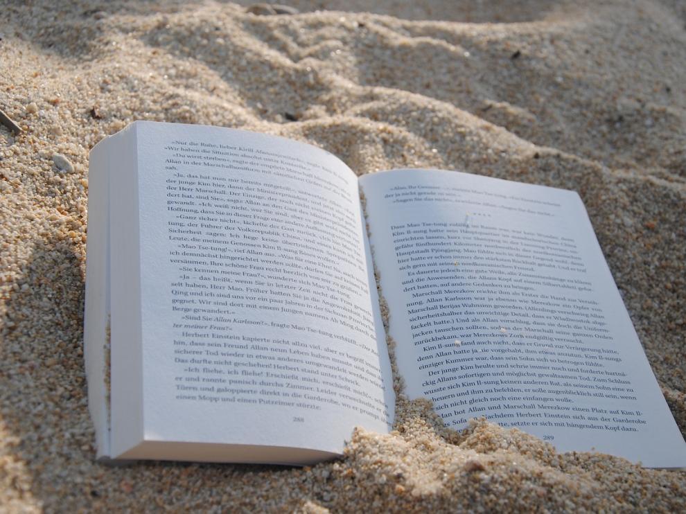 Leer es una de las principales aficiones estivales.