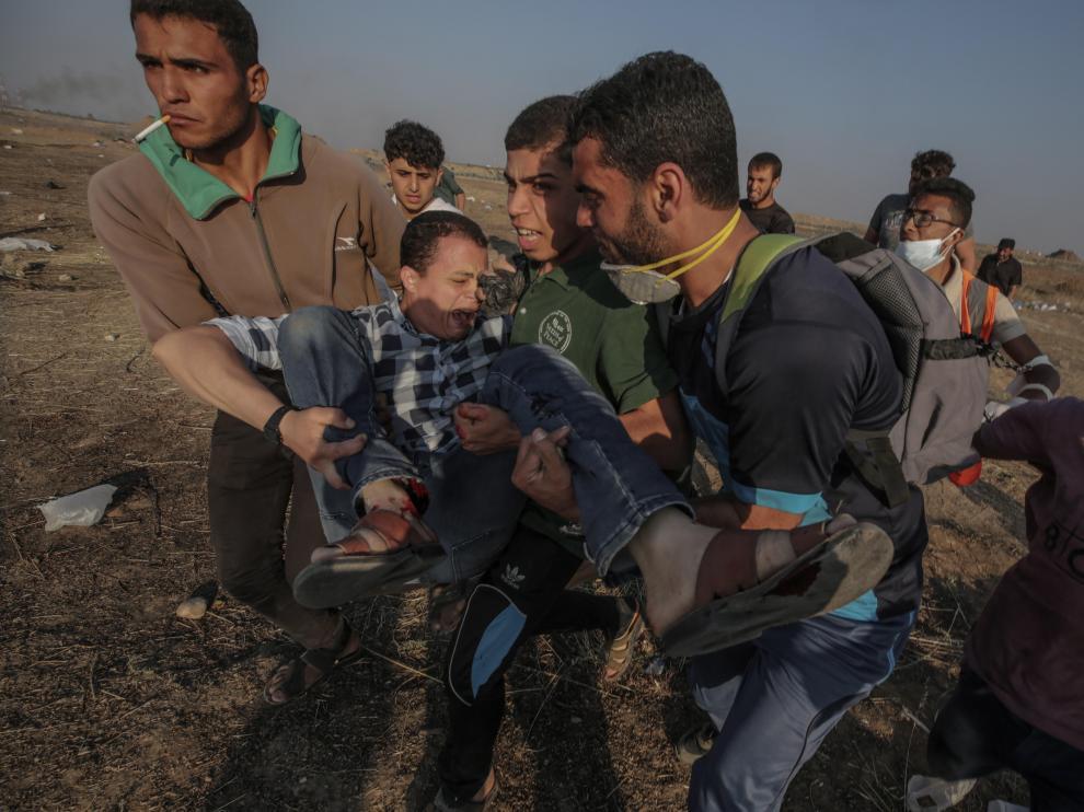 Varios manifestantes cargan a un herido en plenos enfrentamientos en el este de la Franja de Gaza