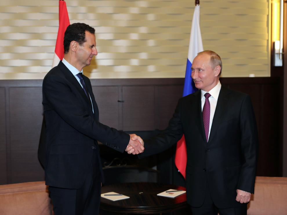 El presidente sirio, Bachar al Asad, saludando a su homólogo ruso, Vladímir Putin.