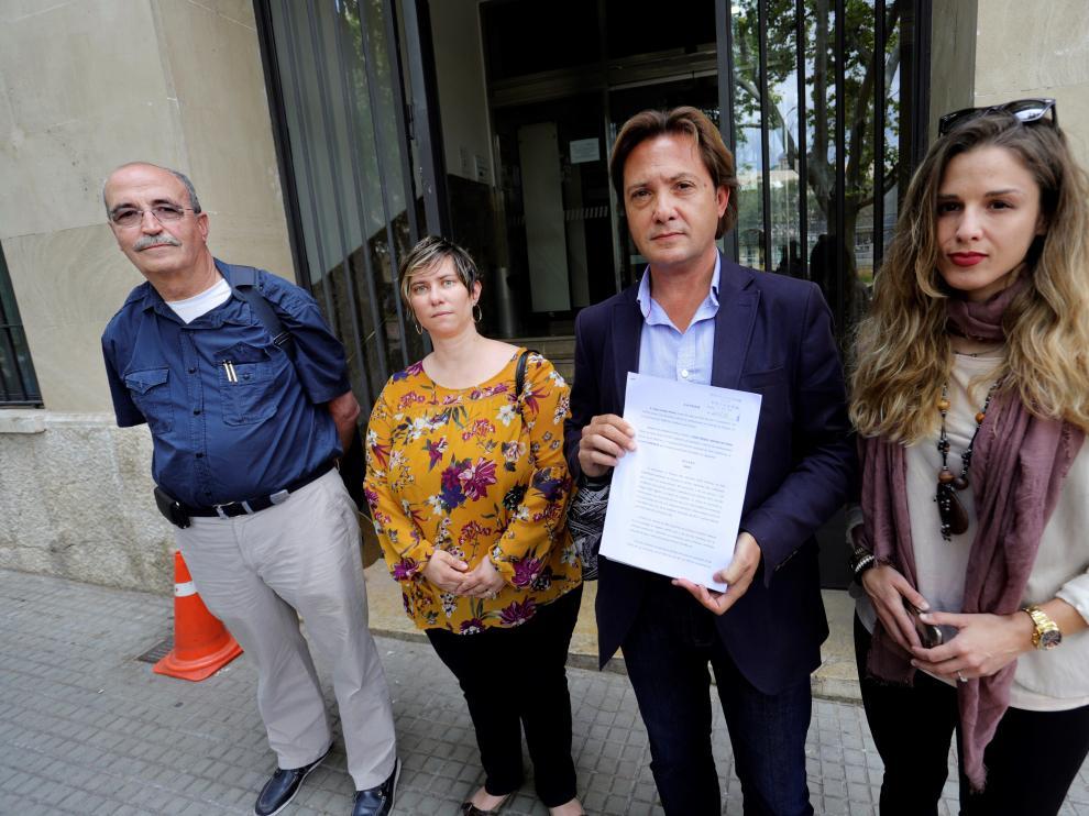 De izquierda a derecha, Antonio Salvá, padre del guardia civil asesinado por ETA Diego Salvá, la abogada Ana María Vidal y Jorge Campos.