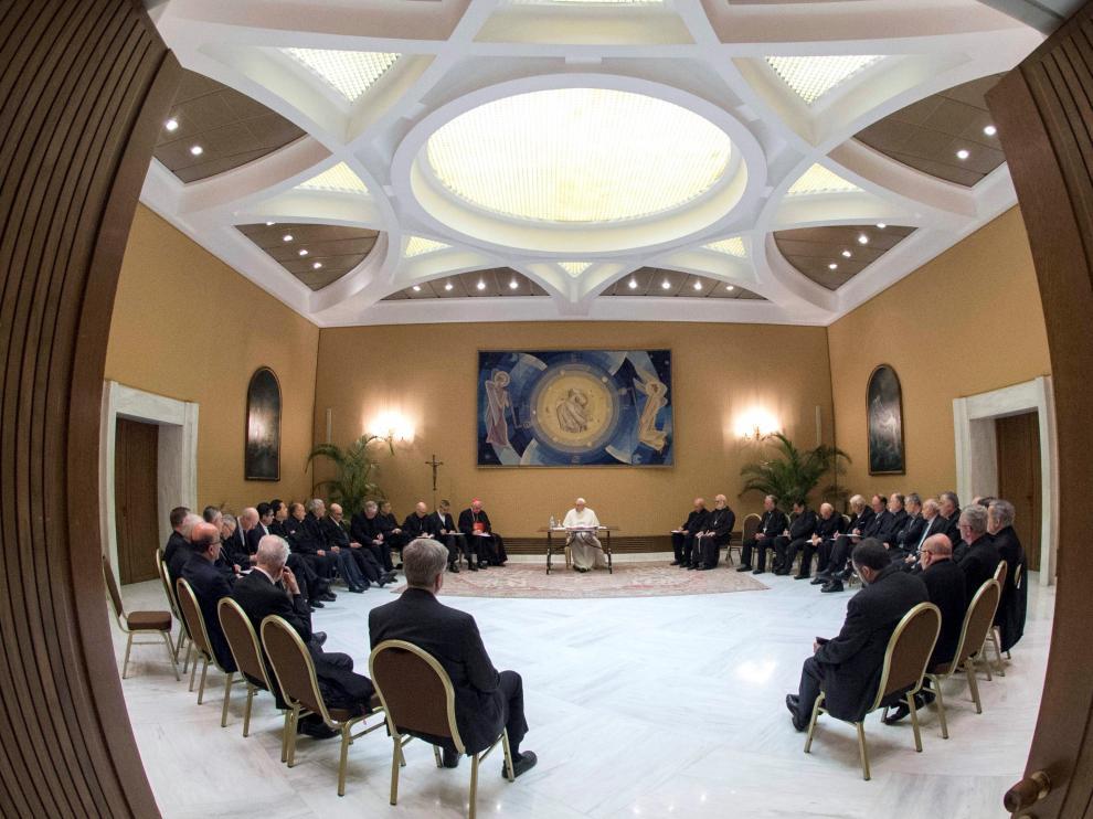 El Papa se reunió con obispos chilenos para abordar los casos de abusos.