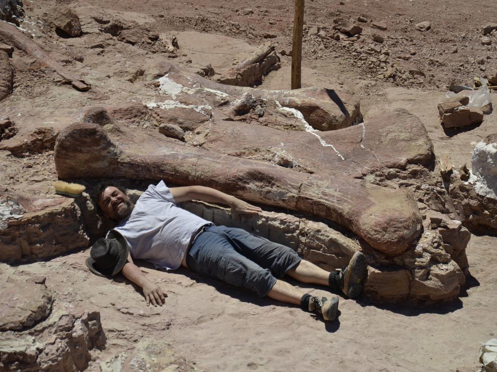 José Ignacio Canudo junto al fémur de Patagotitan, el dinosaurio más grande del mundo. El equipo participó en la excavación del ejemplar, encontrado en la Patagonia argentina.