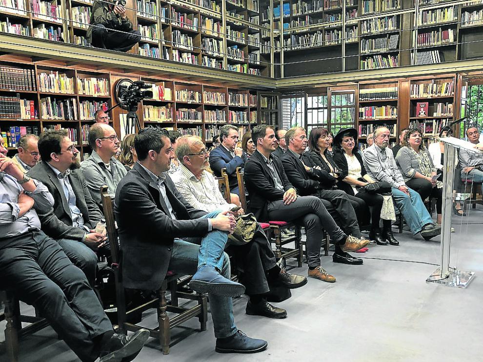 Aurora Luque hizo público el fallo del jurado en la Biblioteca de Barbastro.