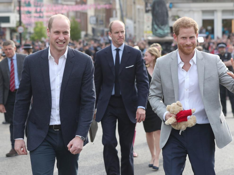 El duque de Cambridge y su hermano, el príncipe Enrique, en las calles de Windsor.
