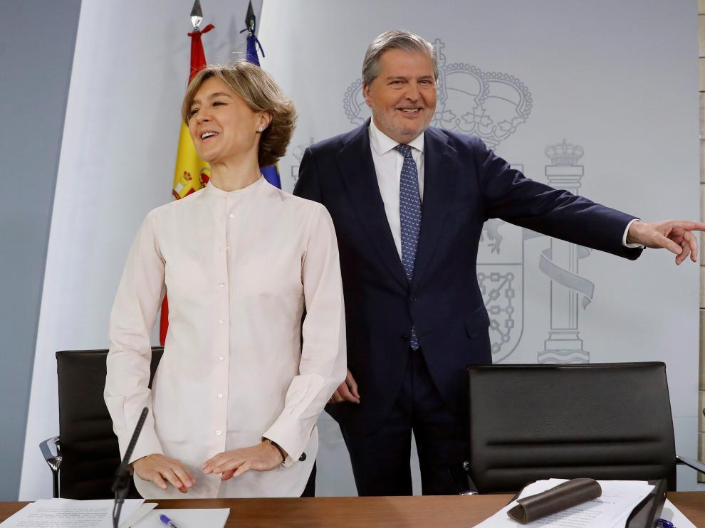 El portavoz del Gobierno, Íñigo Méndez de Vigo, y la Ministra de Agricultura, Isabel García Tejerina, al inicio de la rueda de prensa posterior al Consejo de Ministros.