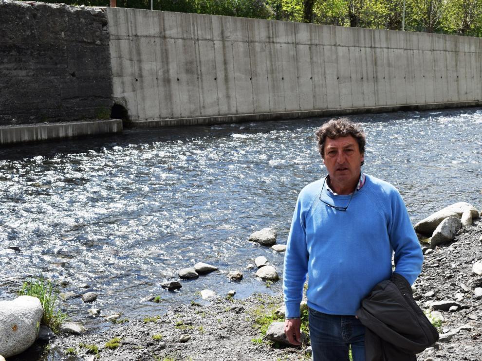 Abadías, junto a una de las tuberías por las que salen al río las aguas residuales de Benasque.