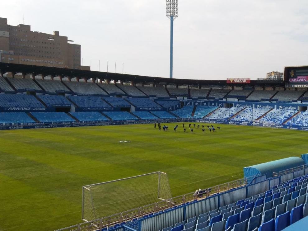 Los jugadores del Real Zaragoza, al inicio del entrenamiento de este sábado en La Romareda.